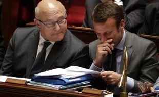Le ministre des Finances Michel Sapin (g) et de l'Economie Emmanuel Macron lors des questions au Parlement, le 16 juin 2015