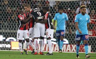 L'attaquant italien de Nice Mario Balotelli est félicité par ses coéquipiers après avoir marqué un but lors du match de football L1 français Nice vs Marseille le 1er octobre 2017. AFP PHOTO / VALERY HACHE