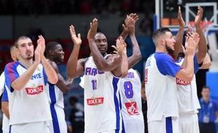 Les Bleus remercient le public lillois après leur victoire contre la Turquie en 8e de finale de l'Eurobasket, le 12 septembre 2015.