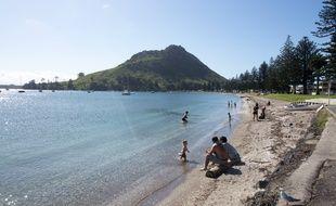 Une plage sous le mont Maunganui à Tauranga, en Nouvelle-Zélande (Illustration).
