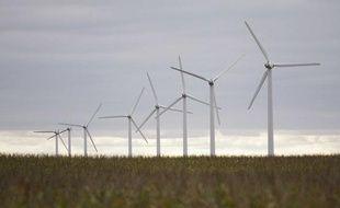 Des éoliennes dans un champ de maïs, dans l'Iowa, aux Etats-Unis.