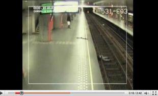 Capture d'écran d'une vidéo montrant une agression dans le métro bruxellois, diffusée par la police comme appel à témoins le 26 mars 2010.