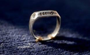Un anneau du Xe siècle censé avoir appartenu à Jeanne d'Arc photographié lors d'une cérémonie le 20 mars 2016 au Puy-du-Fou aux Epesses, dans l'ouest de la France