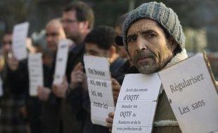 """François Hollande a jugé """"indispensable"""" une """"limitation de l'immigration économique"""" en période de crise, ajoutant que s'il est était élu le 6 mai, il reviendrait au Parlement de chiffrer chaque année les besoins de main d'oeuvre de l'économie française. """"Je considère qu'il n'y aura jamais d'immigration zéro, qu'il y aura toujours une immigration légale. Est-ce qu'on peut en réduire le nombre? C'est un débat"""", a-t-il déclaré sur RTL."""