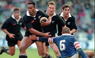 Jonah Lomu, l'ailier néo-zélandais, lors du test-match des All Blacks contre la France, au Parc des Princes de Paris, le 18 novembre 1995.