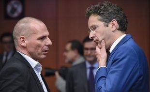 Le ministre grec des Finances Yanis Varoufakis (g) et le président de l'Eurogroupe Jeroen Dijsselbloem (d), ministre des Finances des Pays-Bas, le 11 mai 2015 à Bruxelles