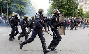 Des policiers lors d'une manifestation à Paris le 26 mai 2016.