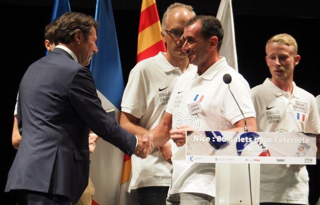 Les marcheurs ont reçu la médaille de la ville de Nice des mains de Christian Estrosi