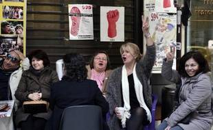 Les femmes de ménage licenciées du ministère grec des Finances, qui vont être réintégrées, chantent devant le ministère le 28 janvier 2015 à Athènes