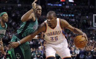 Kevin Durant (35) à la lutte avec Rajon Rondo, lors de la victoire duThunder sur les Celtics.
