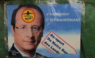 Une affiche de campagne de François Hollande détournée par des opposants à l'aéroport