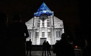 Exemple de vidéo mapping sur la façade de la cathédrale de la Treille, à Lille.