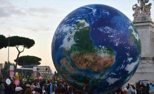 Des manifestants en faveur du climat portent un globe géant à Rome, le 29 novembre 2015