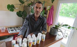 Clément tente de se soigner avec des médicaments venus d'Allemagne qu'il achète sur Internet.