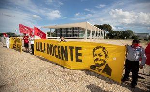 Des supporteurs de l'ancien président brésilien Lula devant la Cour suprême le 14 avril 2021.
