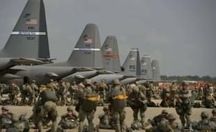Des soldats américains et canadiens sur la base aérienne de Ramstein, en Allemagne.