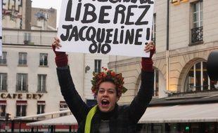 La grâce partielle accordée dimanche par François Hollande à Jacqueline Sauvage, condamnée à dix ans de prison pour le meurtre de son mari violent, a suscité de nombreuses réactions de politiques ce lundi.