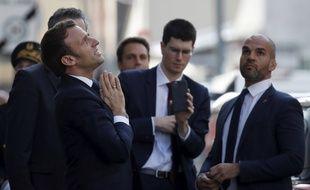 Emmanuel Macron prie pour rétablir la confiance envers les politiques.