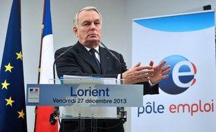 Le Premier ministre Jean-Marc Ayrault dans une agence Pôle Emploi de Lorient (Morbihan) le 27 décembre 2013.