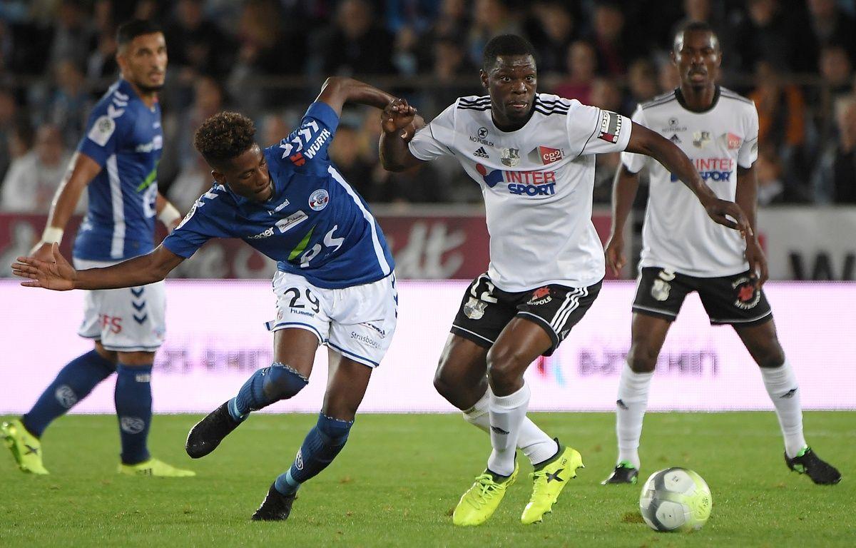 Nuno Da Costa et les autres Strasbourgeois ont beaucoup tenté mais sans réussite face aux Amiénois de Bakaye Dibassy. – Patrick Herzog / AFP.