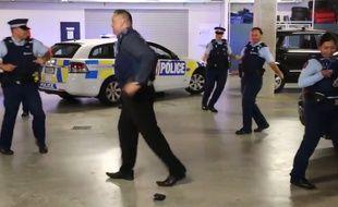 Capture d'écran d'une vidéo de la police néo-zélandaise relevant le «Runningman challenge».