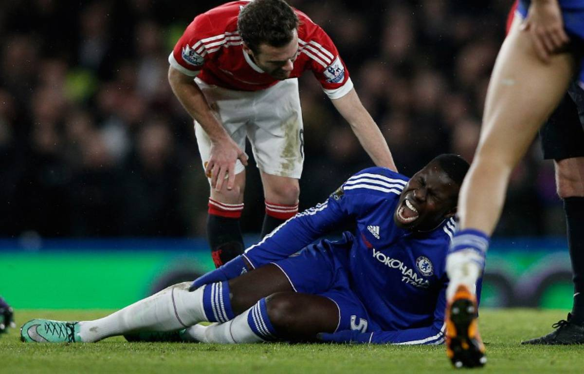 Sérieusement blessé au genou, Kurt Zouma manquera l'Euro 2016.  – ADRIAN DENNIS / AFP