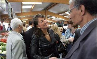 """Sylvie Noachovitch, avocate de 43 ans connue pour être l'une des chroniqueuses vedettes spécialisée dans les escroqueries de l'émission """"Sans aucun doute"""" de Julien Courbet (TF1) mène une campagne de terrain sur-vitaminée, sûre d'elle et de sa victoire."""