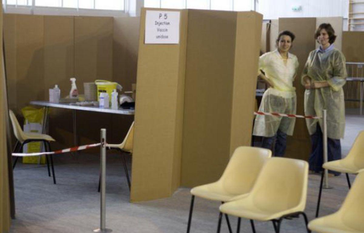 Deux jeunes infirmières dans un centre de vaccination à Paris le 12 novembre 2009. – REUTERS/Charles Platiau