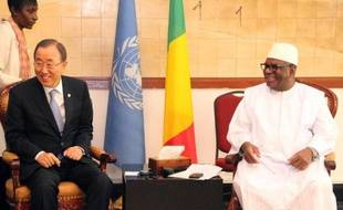 Le secrétaire général de l'ONU, Ban Ki-Moon (g), à côté du président malien Ibrahim Bobacar, le 20 décembre 2014 à Bamako