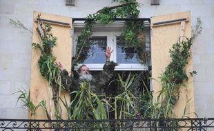 Tout à coup, un homme apparaît à la fenêtre...