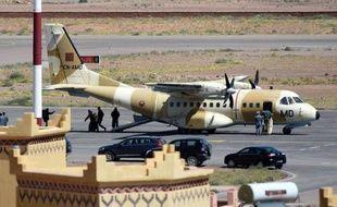 Un avion militaire arrive à l'aéroport de Ouarzazate pour secourir les spéléologues espagnols le 5 avril 2015