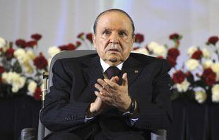 Dans cette photo d'archive du 28 avril 2014, le président algérien Abdelaziz Bouteflika, assis dans un fauteuil roulant, applaudit après avoir prêté serment en tant que président, à Alger.