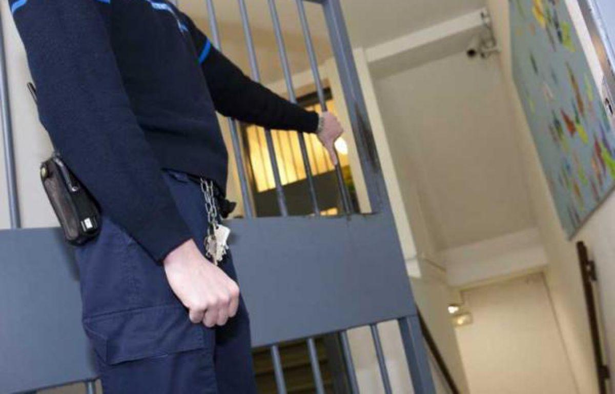 Illustration: Un surveillant de prison, dans la centrale d'Ensisheim, dans le Haut-Rhin. – P.SAUTIER / SIPA