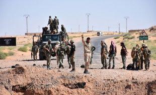 Les forces du gouvernement syrien  sur une route entre Kabajeb et Al-Shula, au sud de Deir Ezzor, le 8 septembre 2017.