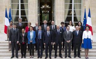 Le nouveau gouvernement Valls, autour du président François Hollande, après le premier conseil des ministres à l'Elysée, le 4 avril 2014
