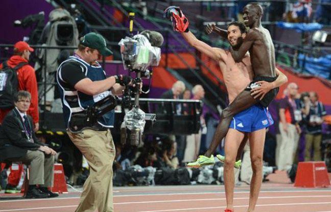 Le Kenyan EzekielKemboi, médaille d'or du 3000m steeple, saute dan sle bras du 2e, le Français Mahiedine Mekhissi-Benabbad.