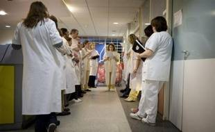 Les Français saluent dans leur grande majorité la compétence du personnel des hôpitaux publics mais dénoncent le manque de moyens financiers et humains, selon les résultats d'un sondage TNS Sofres/Logica paru mardi dans Le Parisien/Aujourd'hui en France.