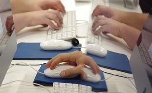 Illustration de personnes utilisant des ordinateurs et leurs souris.