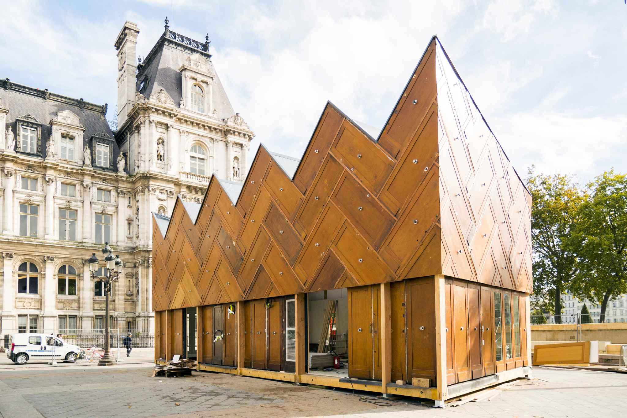 Paris le pavillon circulaire pousse les murs du r emploi for Le pere du meuble circulaire
