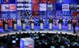 Les candidats démocrates à la Maison Blanche en 2008 se sont affrontés lundi lors du premier débat CNN/YouTube alimenté par des vidéos du site internet, une initiative présentée comme une première en politique.
