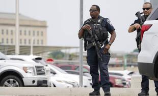 Des policiers américains près du Pentagone après une attaque au couteau, le 3 août 2022.