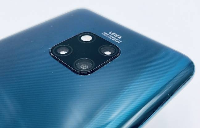 Le pavé avec les capteurs photo et le flash plombent le design.