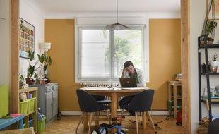 Un salarié travaille depuis chez lui, à Saint-Herblain, près de Nantes, le 27 avril 2020, en plein confinement.