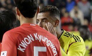 Cardona a mimé des yeux bridés contre la Corée du Sud