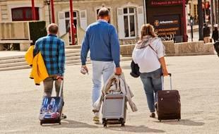 Illustration de voyageurs avec une valise.