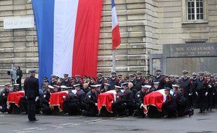Les cercueils des victimes de Mickael Harpon dans la cour de la préfecture de police de Paris, lors de la cérémonie d'hommage, mardi 8 octobre.