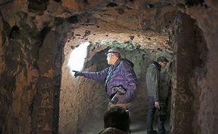 Le 20 février 2015, le scientifique américain Jeffrey Gusky dans les souterrains à Naours (Somme), où se trouvent des milliers d'inscriptions de la Première guerre mondiale