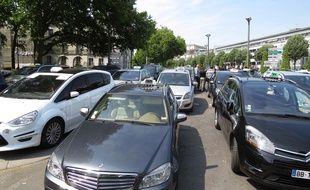 Près d'une cinquantaine de taxis bloquent les accès à la préfecture.