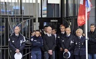 Des centaines de policiers se sont recueillis lundi midi en France, devant leurs locaux, en mémoire du lieutenant Eric Lales, le policier décédé jeudi à Marseille après avoir été blessé par balles fin novembre à Vitrolles (Bouches-du-Rhône), selon les bureaux de l'AFP.