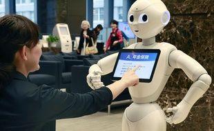 Le robot humanoïde Pepper dans une banque de Tokyo, le 22 juillet 2015.